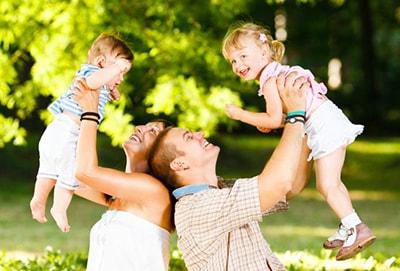 2 parent qui portent leurs enfants qui vont mieux après une consultation