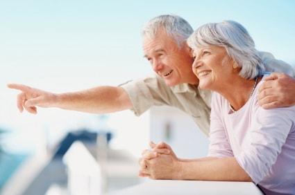 2 personnes âgées souriantes qui trouvent un bon cabinet d'ostéopathie