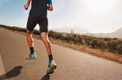 Homme qui court pour représenter le sportif qui va chez l'ostéopathe